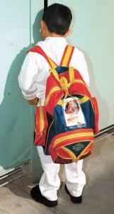oven camporista contratado por el Estado, vistiendo informal y de mochila.