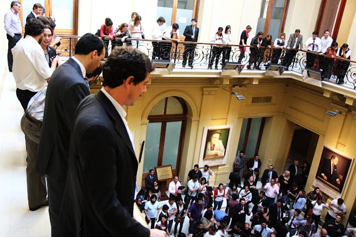 """""""YPF es de todos"""", anunció de la expropiación de la empresa YPF a la española REPSOL, en un 51% de sus acciones, 16 de Abril de 2012"""