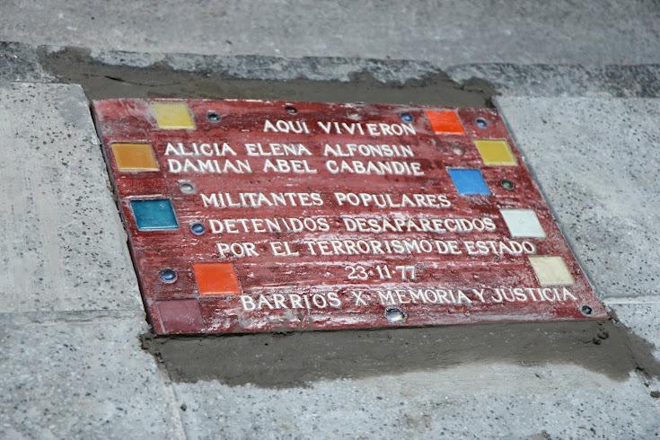 Baldosa homenaje a Alicia Alfonsín y Damián Cabandié