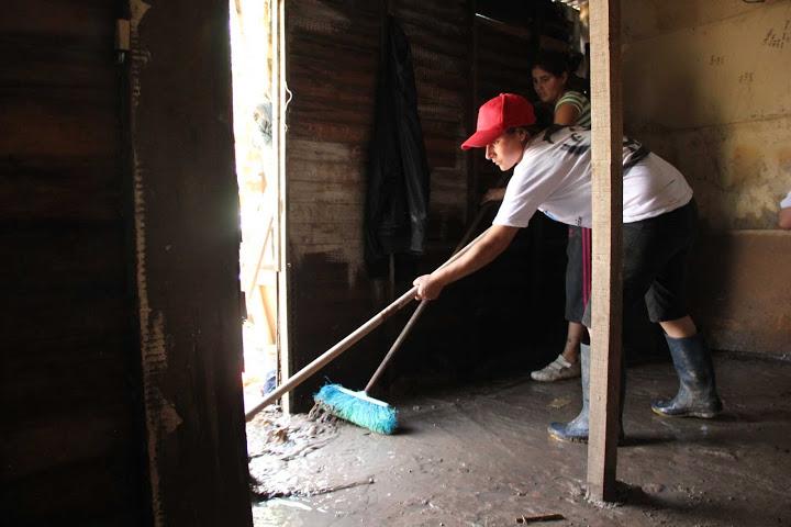 Limpieza de viviendas en el barrio Santa Marta, Luján