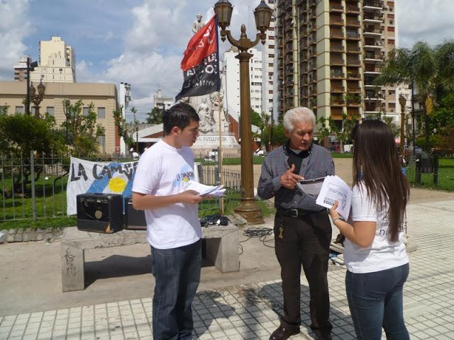 Volanteada de difusión en plaza Alsina, Avellaneda
