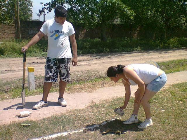 Refaccionando la plaza del barrio Kennedy en Berazategui