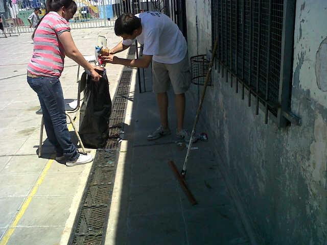 Limpieza de un centro de evacuados en Virrey del Pino, La Matanza