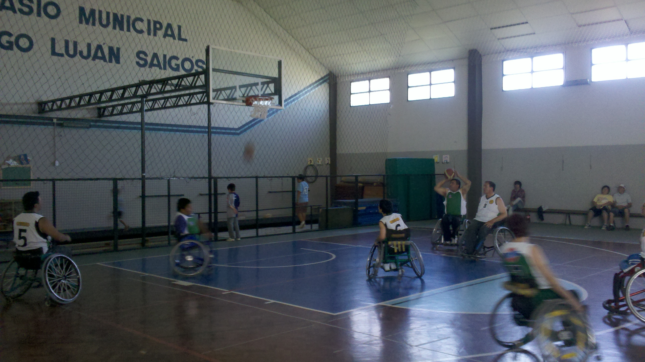 Encuentro de jugadores de básquet con capacidades diferentes