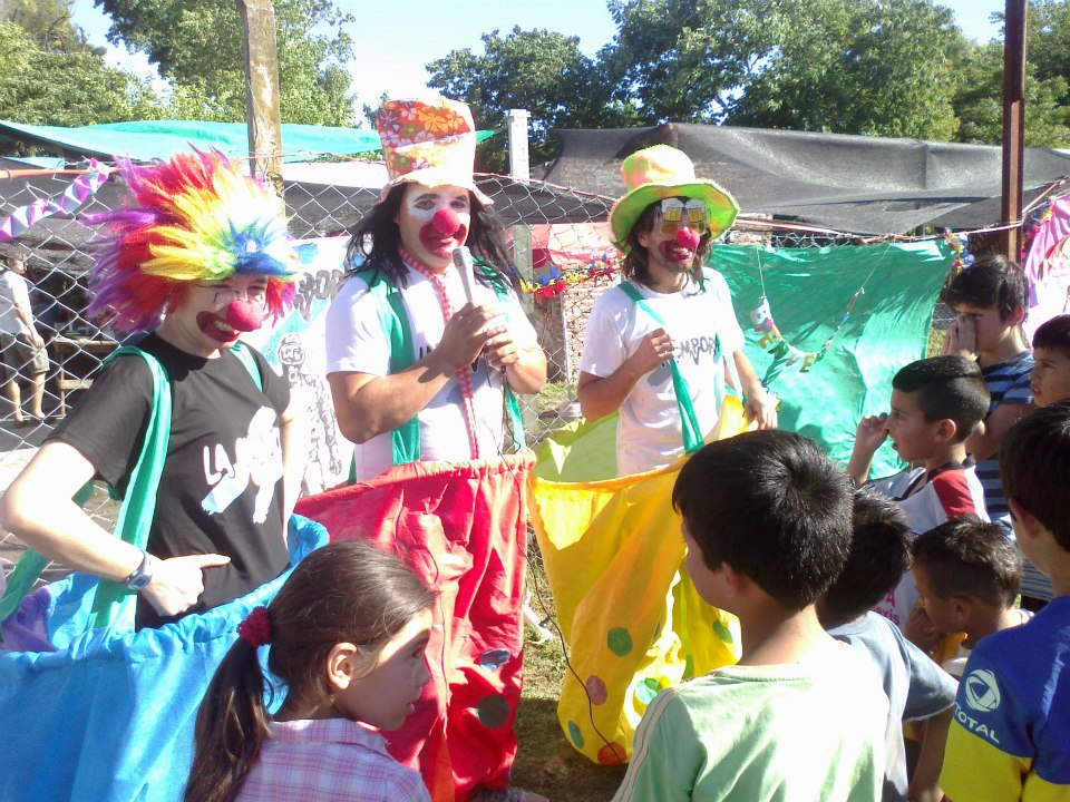 Los militantes junto a los niños de El Arroyito