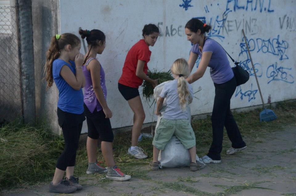 Jornada solidaria junto a los vecinos en el barrio FONAVI
