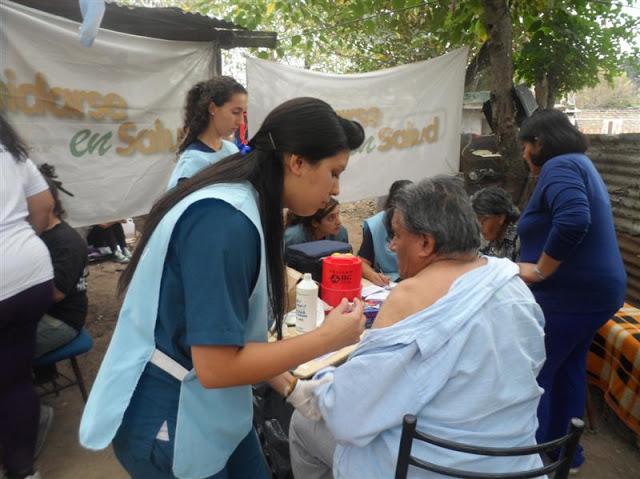 Centro de vacunación en el barrio El Triángulo de González Catán, La Matanza