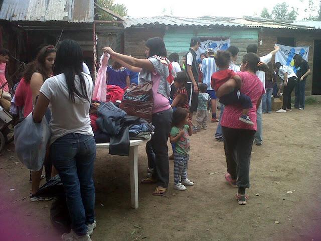 Entrega de donaciones en el barrio Villa Nueva de Moreno