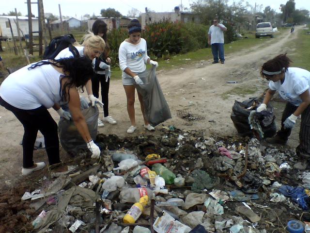 Jornada de limpieza en el barrio El Molio de Ensenada