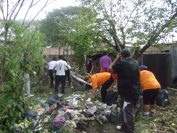 Jornada de limpieza en el barrio La Sirena de Florencio Varela