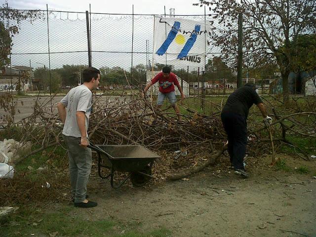 Jornada de limpieza en la plaza central de Monte Chingolo, Lanús