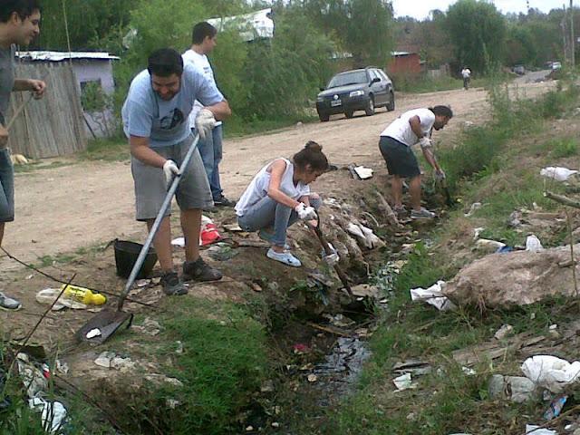 Limpieza de zanjas en el barrio El Ahorcado de Tigre