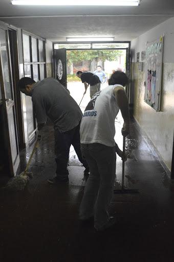 Limpieza en la Escuela EPB Nº4 de 25 de Mayo