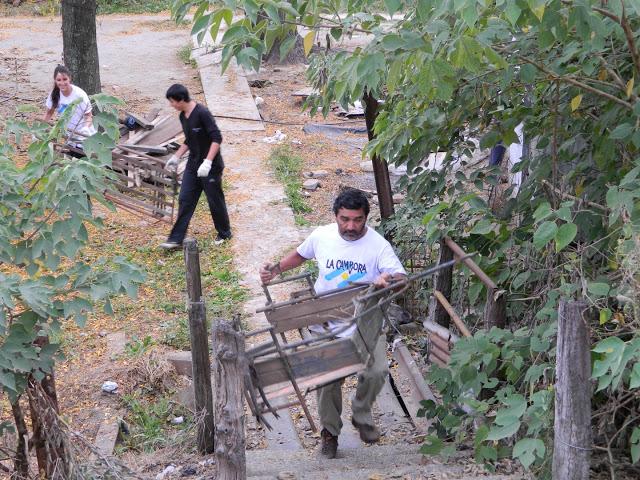 Limpieza en las vías del ferrocarril en Capitán Sarmiento