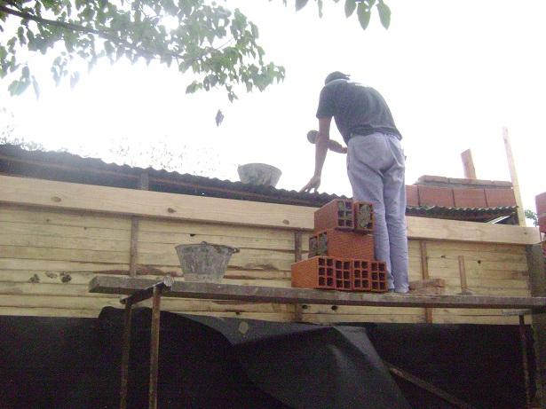 Reconstrucción de casilla en el barrio La Sirena de Florencio Varela