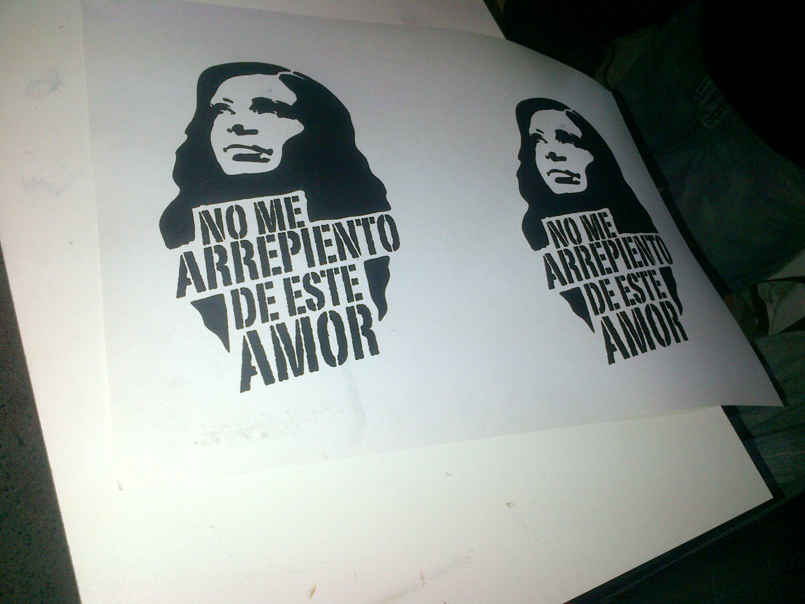 """Pintadas y remeras """"No me arrepiento de este amor"""""""