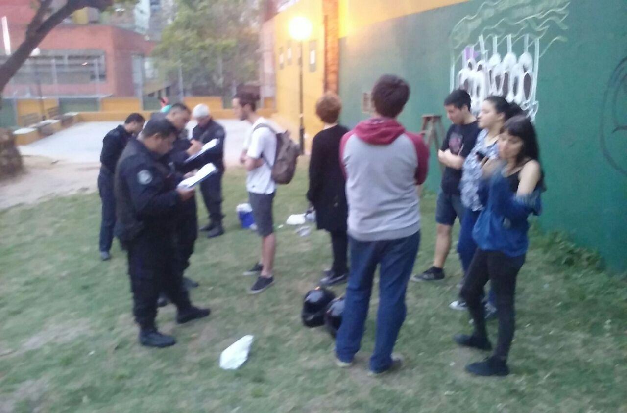 Persecuci n pol tica pibes detenidos por pintar un mural for Cuanto cobrar por pintar un mural