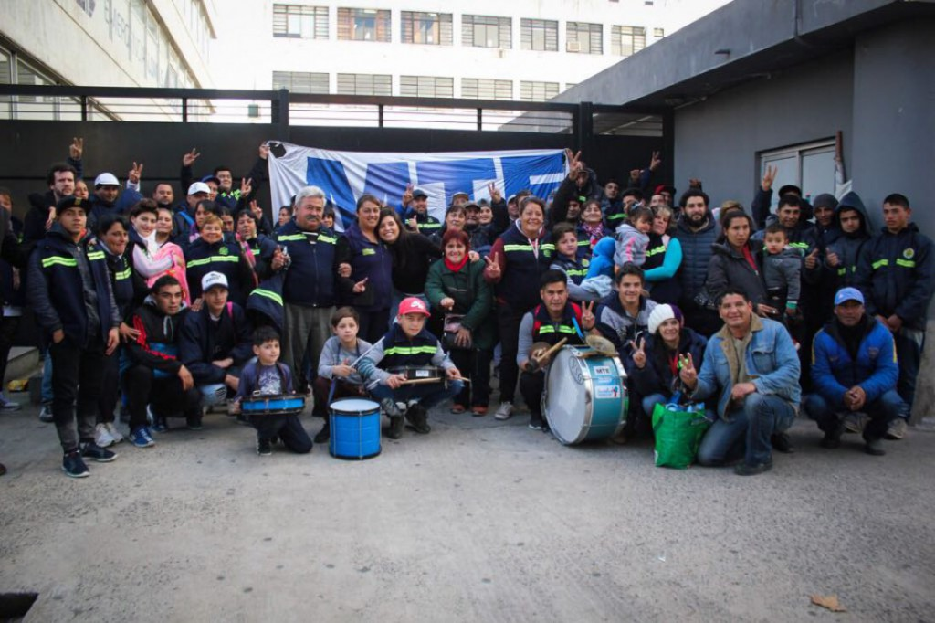 Daniela Vilar, concejala y responsable política de La Cámpora en Lomas de Zamora, junto a recuperadores/as urbanos protagonistas de la nueva ordenanza municipal.